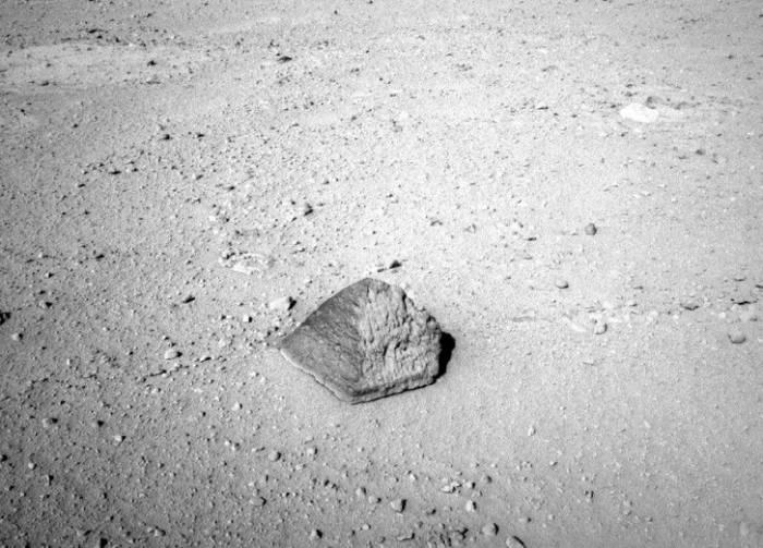 На фото - пирамида. Любой может убедиться, что объект - почти правильной геометрической формы.