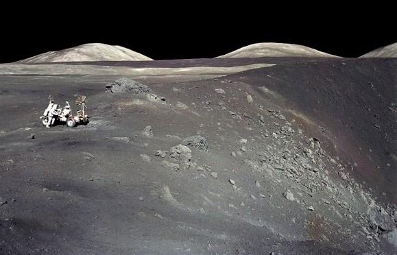 Харрисон Шмитт с луноходом на краю кратера Коротышка.