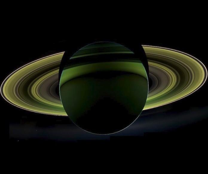 Снимок обратной стороны Сатурна и его колец.