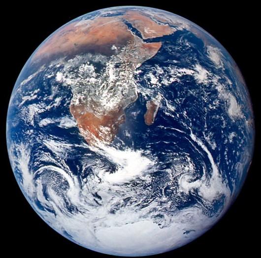 """""""Голубой мрамор"""" - знаменитая фотография Земли сделанная экипажем Аполлон-17 7 декабря 1972 года."""