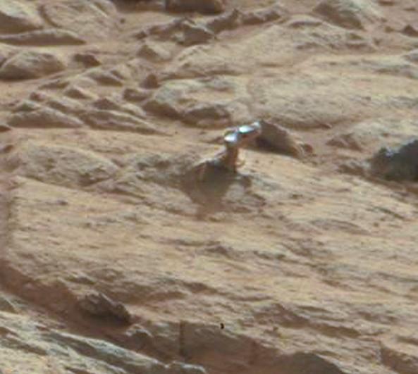 Странный блестящий выступ на скале.