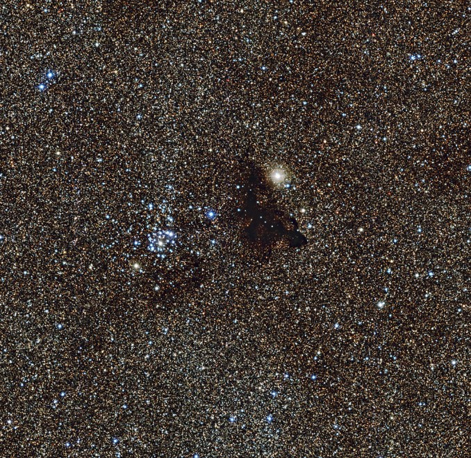 Звездное скопления NGC 6520 и темное облака Barnard 86.