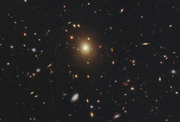 Гигантская эллиптическая галактика A2261-BCG.