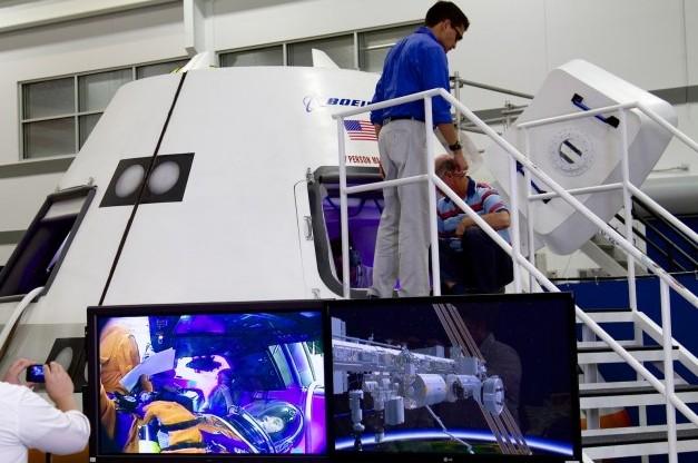 Макет космического корабля CST-100