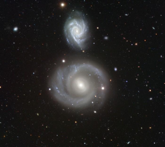 Пара спиральных галактик NGC 799 и NGC 800.