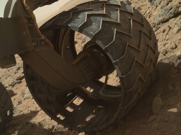 Вид левого переднего колеса Curiosity