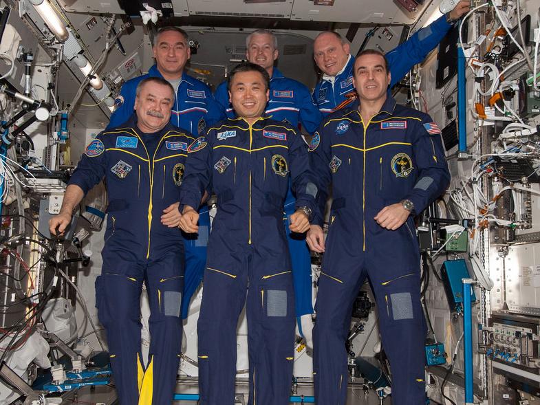 Члены экипажа корабля Союз ТМА-11М готовятся к возвращению домой CVAVR AVR CodeVision cvavr.ru