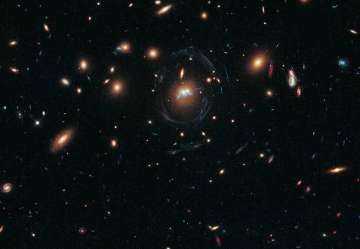 Слияние двух гигантских эллиптических галактик.