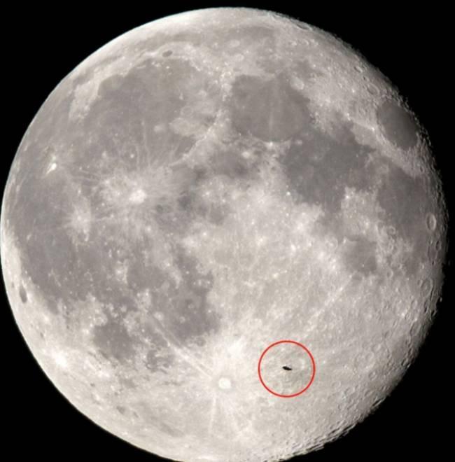 НЛО на фоне диска Луны.