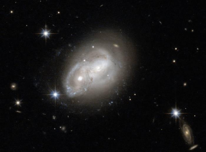 Две галактики 2MASX J06094582-2140234.