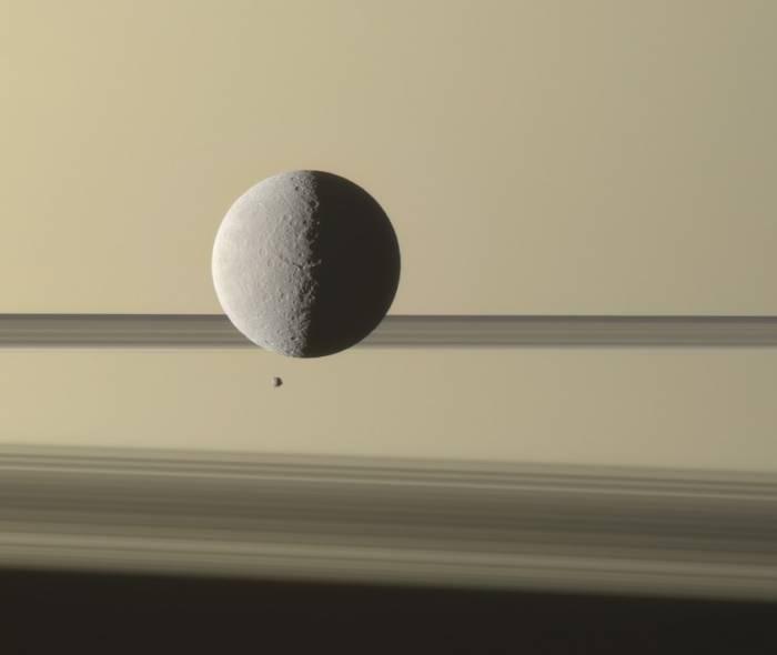 Рея и Эпиметей на фоне колец Сатурна.