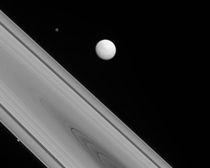 Трио спутников Сатурна.