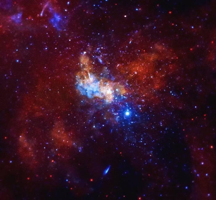 Центр нашей Галактики в рентгеновском диапазоне. В середине снимка находится сверхмассивная черная дыра Стрелец A*.