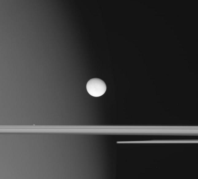 Энцелад на фоне туманного Сатурна