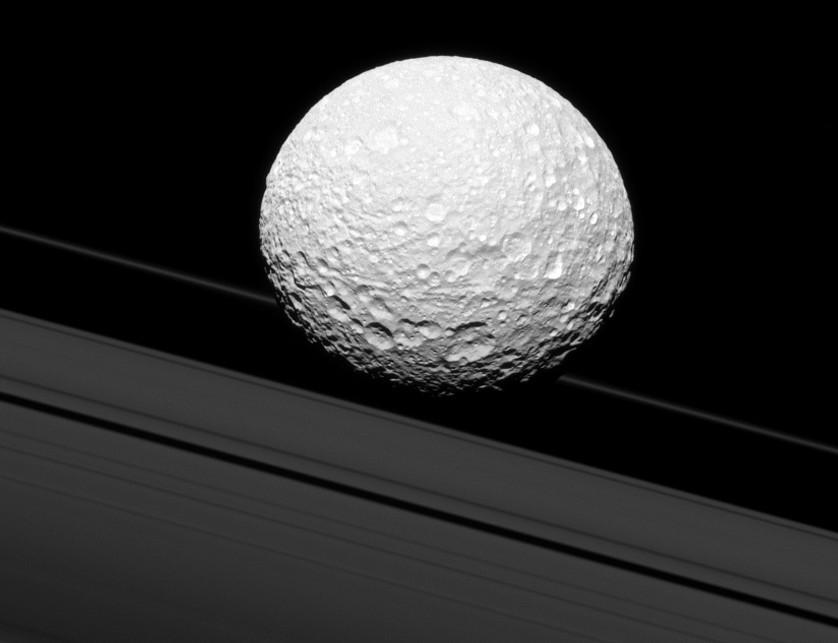 Космическая станция Cassini проинформировала наЗемлю снимок Пандоры ввысоком разрешении