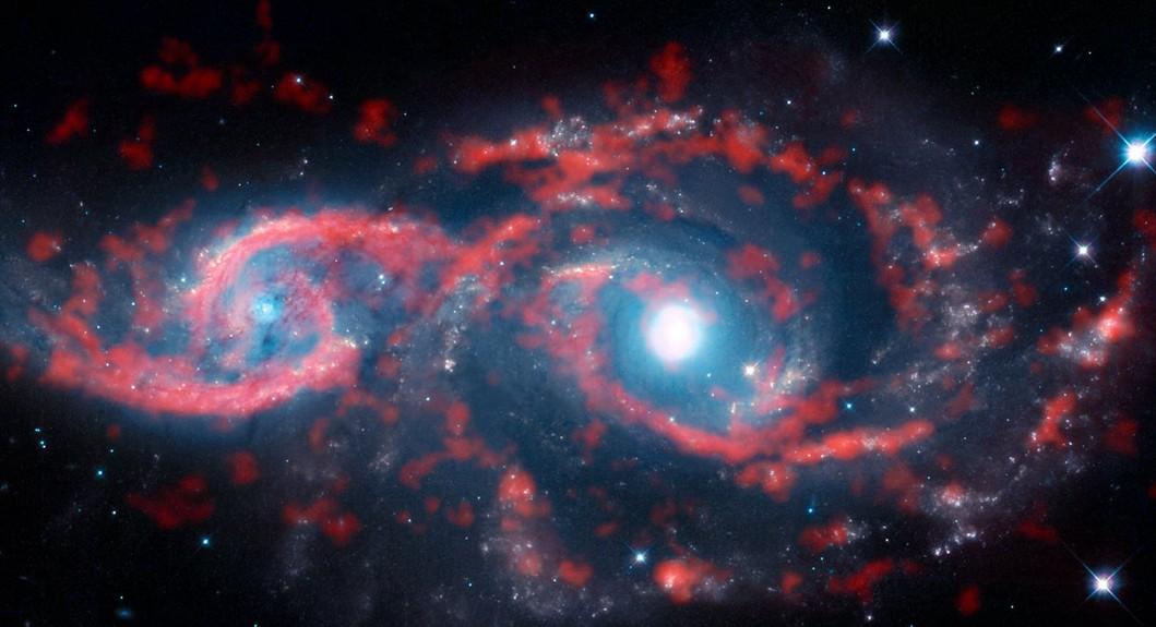 Космический шторм превратил далекую галактику впару глаз
