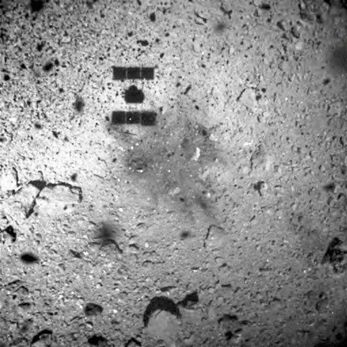 Тень космического зонда Hayabusa 2 на Рюгу.
