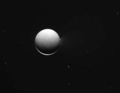 Изображения Энцелада от 26 апреля 2010 года. Фото NASA/JPL/Space Science Institute