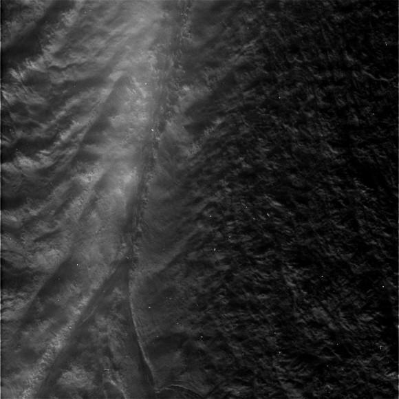 Новый снимок одной из «Тигрововых полос» на Энцеладе. Фото NASA/Space Science Science Institute