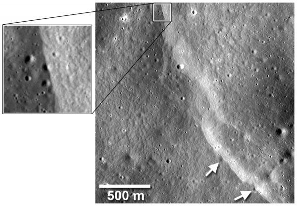 Уступ на склоне кратера Мандельштама. Уступ проходит поверх небольших (диаметром около 40 м) ударных кратеров, отмеченных стрелками, и деформирует их. Фото NASA/Goddard/Arizona State University/Smithsonian