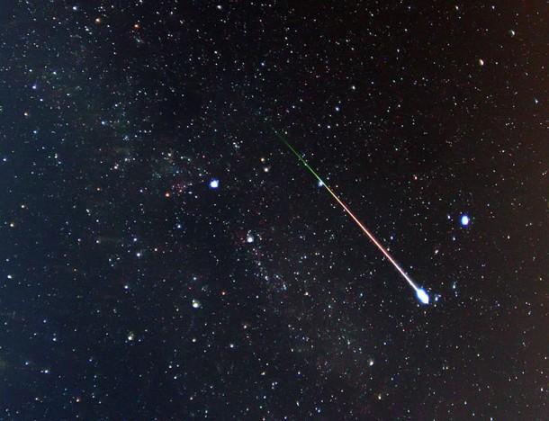 Метеор Персеид снятый в августе 2009 года. Фото Pete Lawrence of Selsey, UK.