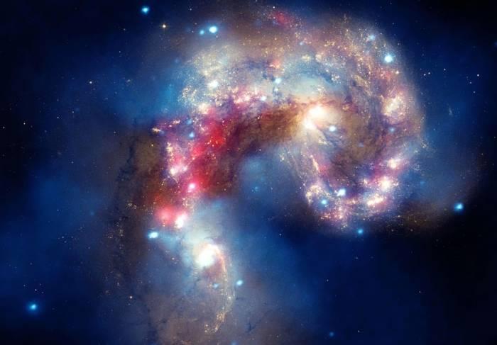 Галактики NGC 4038 и NGC 4039 — взаимодействующие галактики, получившие название «галактики антенн». Фото Chandra: NASA/CXC/SAO, Spitzer: NASA/JPL-Caltech, Hubble: NASA/STScI