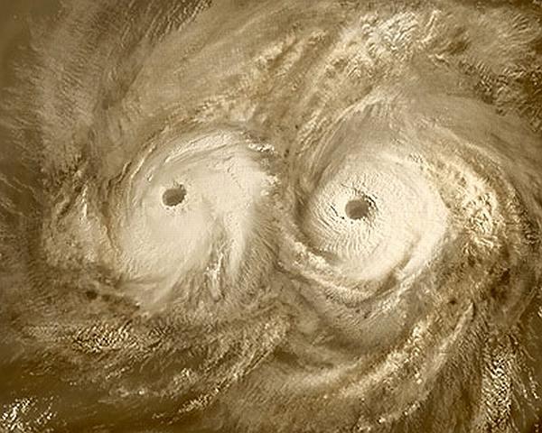 Двойной ураган на северном полюсе Венеры. Снимок сделан в 2006 году. Фото ESA / AOES Medialab