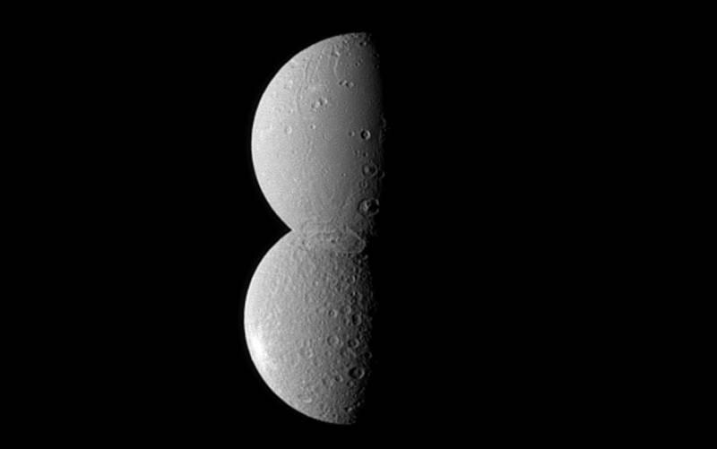 Спутники Сатурна Диона и Рея создают гигантскую «восьмерку» в этой оптической иллюзии. Фото NASA/JPL/Space Science Institute