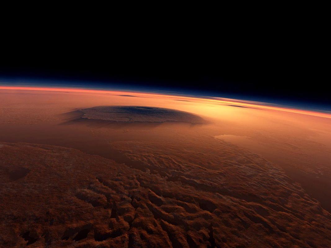 Вид на Марс с космоса (с изменением цвета и контрастности). Видна гора Олимп.