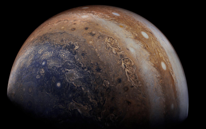 Недра огромного красного пятна Юпитера показали навидео