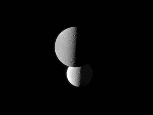 На переднем плане Диона. За ней Тетис. Фото NASA/JPL/Space Science Institute